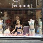 Feminints skyltfönster i blåa toner